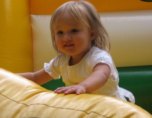 Tříleté Ester Vandasové z Nymburka, která půjde v září do školky, se nejvíc líbil hrošík ve skákacím hradu.