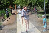 Vodotrysky a potůčky na poděbradské kolonádě jsou každoročně v době teplého počasí rájem hlavně dětí.