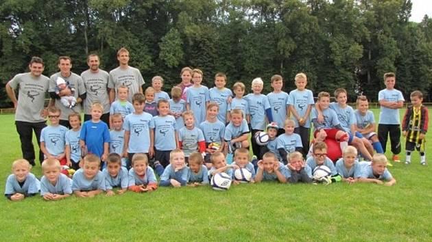 NA FOTBALOVÉM KEMPU v Přerově nad Labem si vyzkoušelo tréninkový proces přes čtyřicet malých fotbalistů