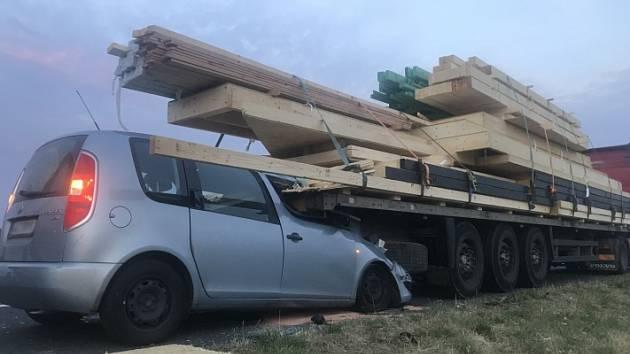 Tragická dopravní nehoda uzavřela obchvat Nymburka.