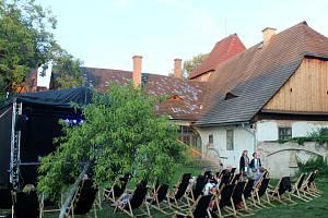 Letní kino na zahradě Starého děkanství v Nymburce.