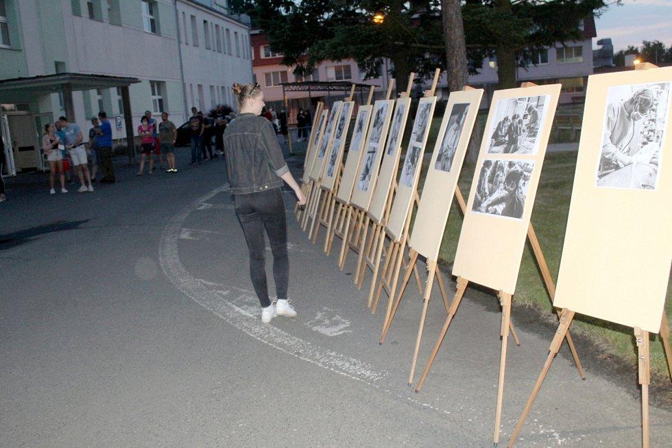 V areálu městecké nemocnice byla vidět i výstava fotek Matěje Majerčina.
