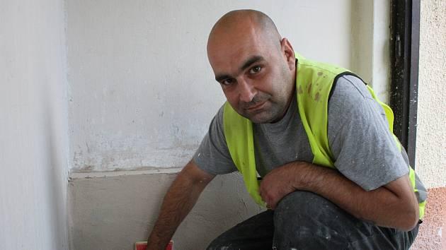 Michal Frebort z Ostravy si v jiřické věznici odpykává trest odnětí svobody. Patří do party vězňů, kteří v rámci obecně prospěšných prací pomáhají na jiřickém úřadu.