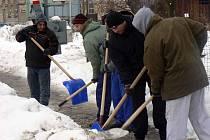 Nezaměstnaní dostávali z chodníku nebezpečnou ledovku