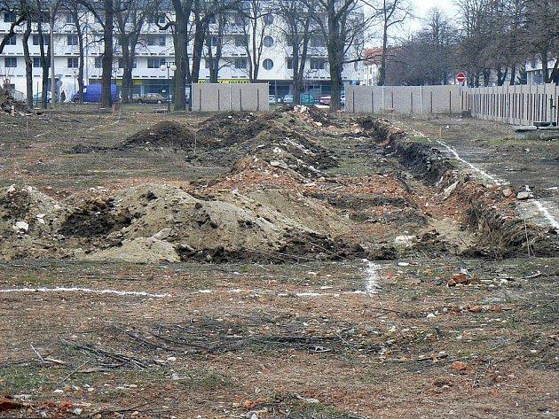 Takto vypadá lokalita dnes. Oplocený pozemek, ale nic se tu jinak neděje.
