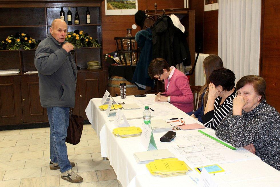 Na Hotelovou školu přišli volit nejen místní, ale také lázeňští hosté a účastníci zdejšího semináře.