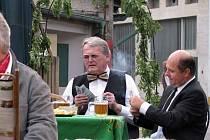 V Postřižinách v nymburském pivovaru si vedle například Jana Rosáka a Pavla Vítka zahráli i nymburský starosta Ladislav Kutík a ředitel pivovaru Pavel Benák.