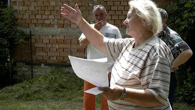 Jan Šimáček a Jarmila Fajstavrová při místním šetření.