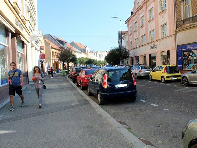 Situace s parkováním na Palackého třídě (na snímku) byla jedním z důvodů pro zavedení bezplatné půlhodiny.
