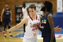 Nymburský basketbalista Jakub Tůma (vlevo)