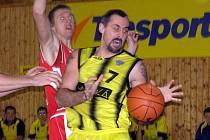 Sadský David Špička (ve žlutém) , autor dvanácti bodů, bojuje o míč s nymburským kapitánem Ladislavem Sokolovským