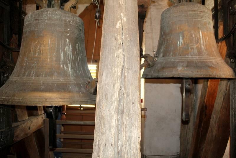 Zvony ve věži kostela sv. Jiljí v Nymburce.
