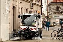 Nový čistící stroj už brázdí ulice Poděbrad.