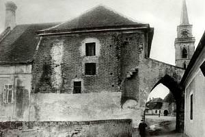 Takto vypadala kdysi ulice Na Fortně viděná zespodu od Labe. Po bráně už dnes není ani památky.
