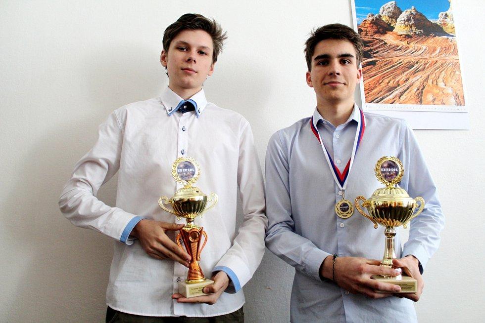 Úspěšní studenti Boris Kolář a Tomáš Lochman s trofejí ze soutěže Enersol.