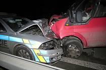 Srážka dodávky s policejním autem u Lysé
