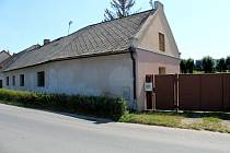 V tomto domě zemřel muž zřejmě na následky otravy zplodinami z požáru televize.