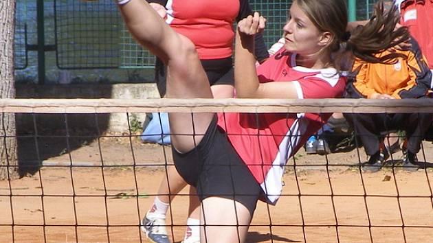 Z mistrovství republiky v nohejbale žen, které se konalo na nymburské Remanenci. Snímky jsou z utkání Lokomotiva Nymburk - Útěchov