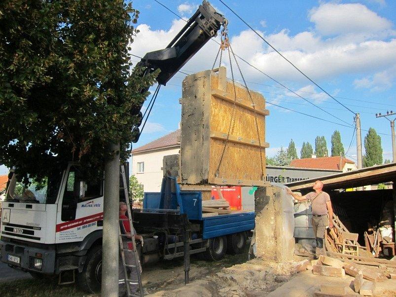 Bloky zdiva zajištěné podpůrnou konstrukcí byly jeden po druhém přeneseny na připravené nákladní auto. Na místě zůstal pouze úsek nesoudržného hliněného zdiva.