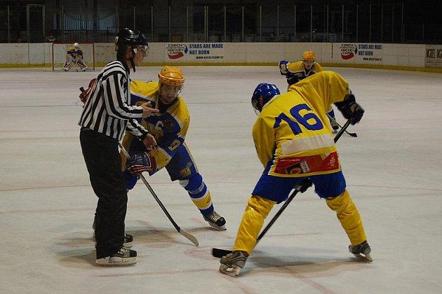 Z hokejového střetnutí druhé ligy Nymburk - Jindřichův Hradec (7:4)