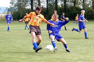Fotbalisté Mcel (ve světlém) sice na hřišti vyhráli 5:0, STK však jejich zápas kontumovala.