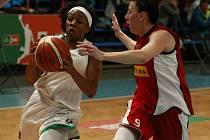 DALŠÍ SKALP. Basketbalistky Nymburka (v červeném) nepřipustily žádnou komplikaci a na palubovce Ostravy bezpečně vyhrály. Na kontě tak mají stále jedinou porážku