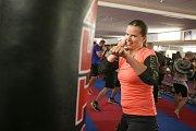 """Chodí boxovat i ženy, je jich asi šest. Některé ale nechtějí cvičit s muži, využívají proto třeba možnosti osobních lekcí. To ale není případ Anety Káninské. """"Zkusila jsem to a začalo mě to bavit. Dostala jsem se ke sportu přes bratra, který boxuje,"""" vysv"""