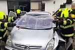 Uvnitř vozidla se v době nehody nacházela zraněná jedna dospělá osoba, řidič, který měl dolní končetiny zaklíněné pod pedály. Dále zůstal v autě také živý pes a střelná zbraň.