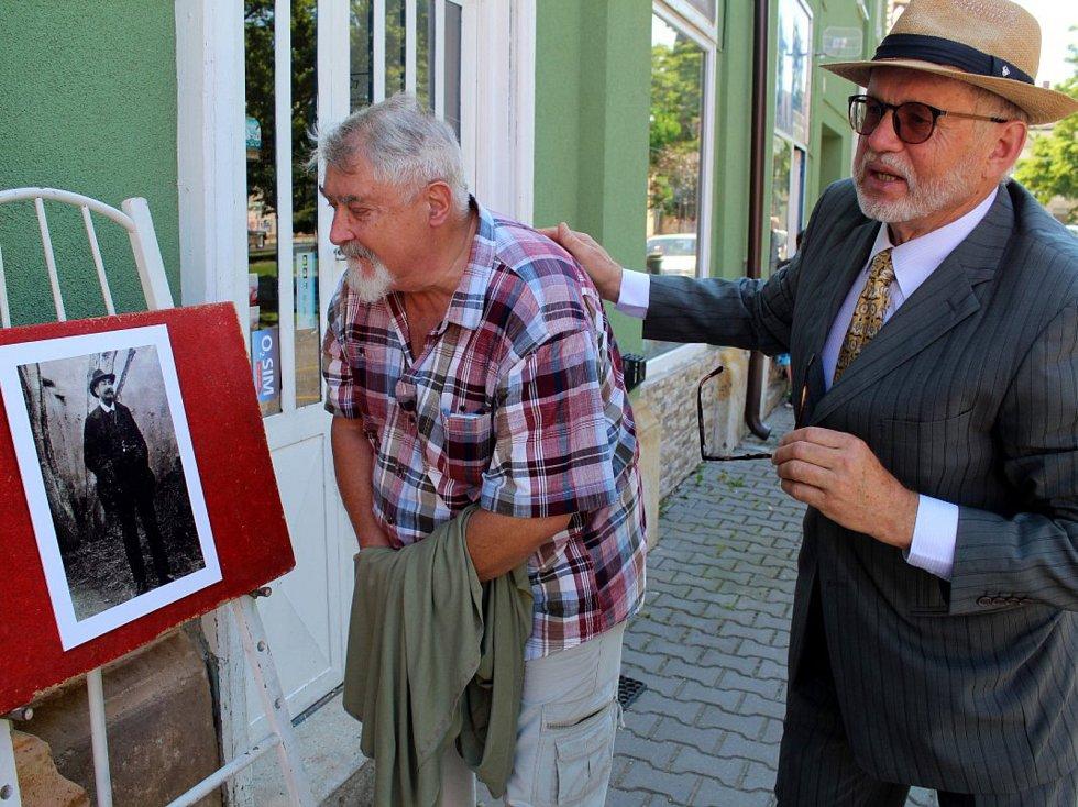 Z výstavy a odhalení pamětní desky malíři Josefu Štěrbovi na náměstí v Městci Králové.