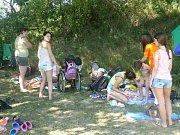 Dobrovolníci z několika zemí i postižené děti trávily úterní odpoledne na koupališti na Zavadilce