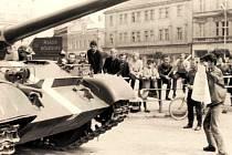 Jedna z legendárních fotek z nymburského náměstí ze srpna 1968. Mladík zřejmě s podomácku vyrobeným nápisem stojí před ruským a snaží se mu bránit v pohybu. Také si vzpomenete na podobný motiv o 21 let později z pekingského náměstí Nebeského klidu v roce