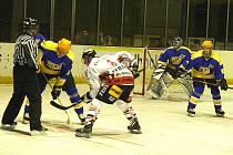 Hokejisté Nymburka (v modrém) utrpěli doma pořádný debakl. Chrudim jim nadělila devět branek. Nymburk neskóroval ani jednou