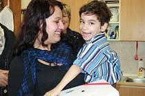 Nadace Naše dítě věnovala společně se sponzory poděbradské Speciální základní škole čtyři iPady.