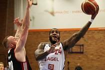 Basketbalisté Nymburka (v bílém) vybojovali první výhru v nadstavbové části. Doma porazili Svitavy o čtrnáct bodů.