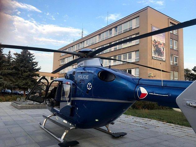 Před policejním ředitelstvím přistál vrtulník.