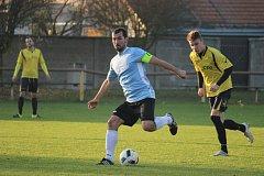 Fotbalové okresní derby I.B třídy vyhrála Sokoleč (v modrém), doma porazila Pátek jasně 5:2.