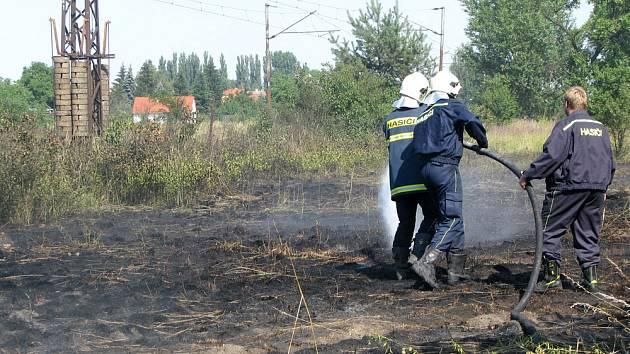 Hasiči likvidovali požár trávy u železniční trati v Lysé nad Labem.