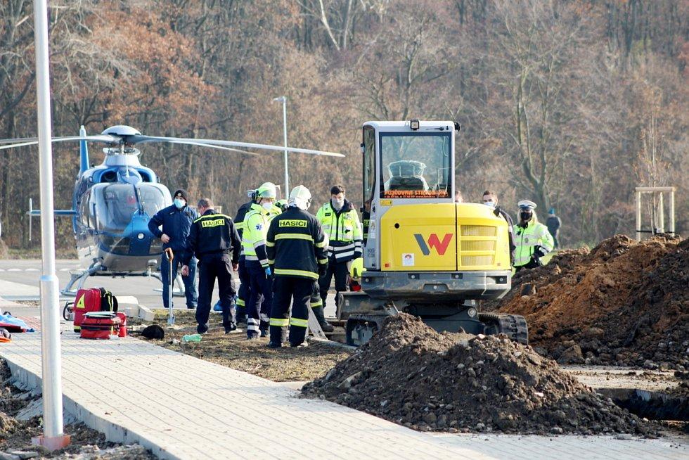 Záchrana zavaleného dělníka z výkopu v ulici K Lávce v Nymburce.