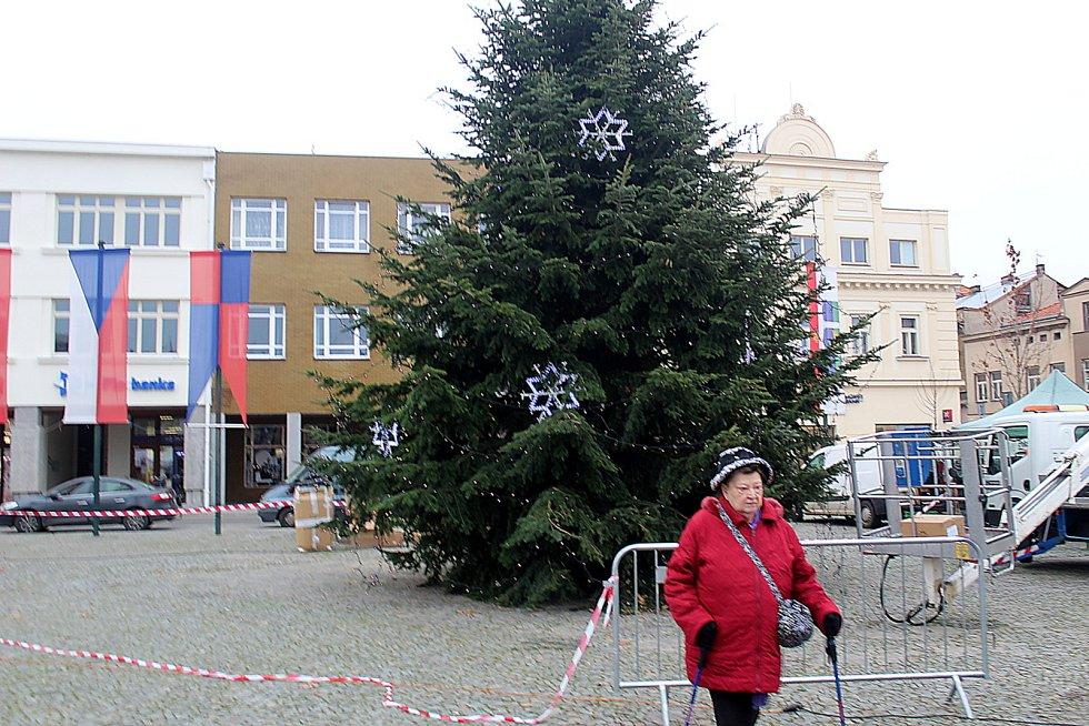 Už od středy je v péči zaměstnanců technických služeb Vánoční strom na náměstí Přemyslovců v Nymburce.