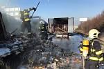 Nehoda kamionů s následným požárem zablokovala brněnskou dálnici před Prahou.