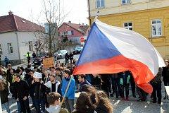 Studenti stávkovali před nymburským gymnáziem.