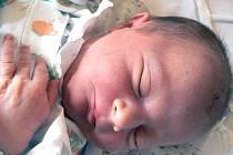 Maminka Věra se přiznala, že chtěla prvorozenou holčičku, ale Adámek ji nepřinesl o nic menší radost. Narodil se ve čtvrtek 27. března v 9.38 hodin. Chlapeček měřil 51 centimetrů a vážil 3700 gramů. Doma v Ostré už se na následníka těší tatínek Radek.