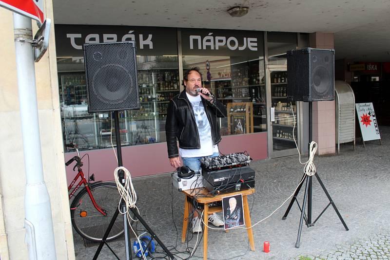 Martin Jedlička vzpomínal na Karla Gotta při pouštění jeho písní na náměstí Přemyslovců v Nymburce.