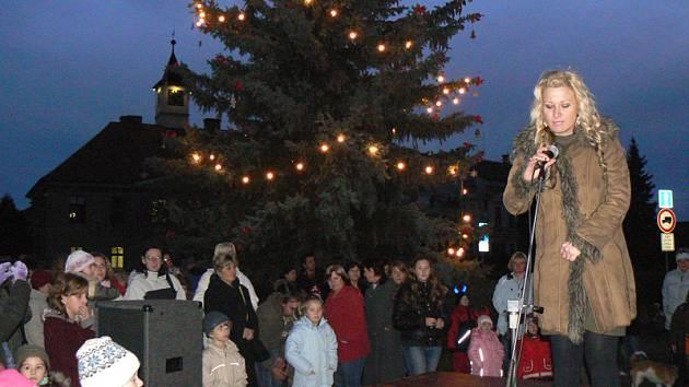 V Sadské už také rozsvítili vánoční strom