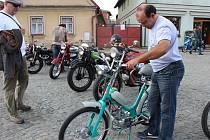 Sběratelé motocyklových veteránů si dali v sobotu sraz v Rožďalovicích.