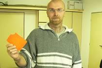 Inzultovaný sudí Martin Řehák ukazuje svoji červenou kartu, kterou mu přetrhl brankář městecké rezervy Tomáš Sabo