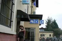 Bankomat u nymburského nádraží včera okolo páté hodiny už fungoval
