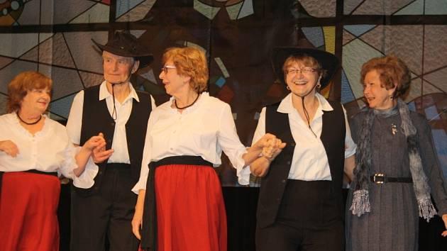 Milena Králová se svým souborem country tanců.