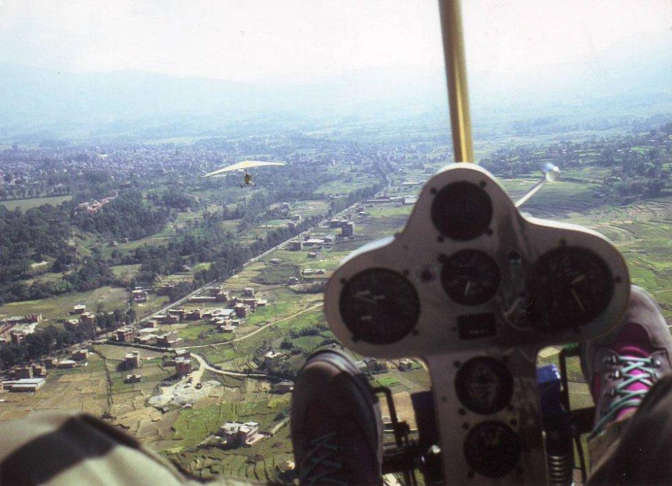 Let z Káthmándú do Lukly. V popředí Honza Bém. Foceno přes křídlo.