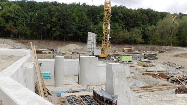 Stavba nové hráze Komárovského rybníku.